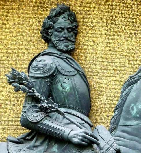 Philippe Lemaire. Statue équestre de Henri IV. 1834. Bronze. Mur sud. Cour Henri IV, musée Carnavalet, Paris
