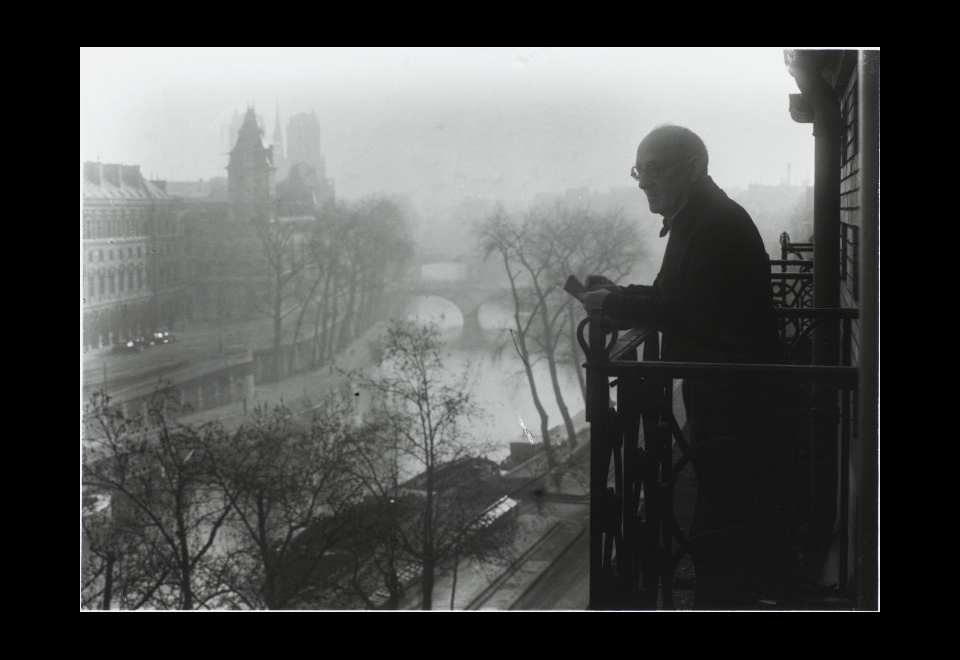 Marc Vaux, Albert Marquet sur son balcon du 1 rue Dauphine en 1945. © Centre Pompidou - MnamCci - Bibliothèque Kandinsky - Marc Vaux